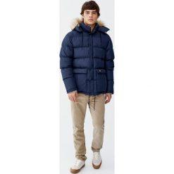 Pikowana kurtka z kapturem ze sztucznym futerkiem. Czarne kurtki męskie pikowane marki Pull&Bear, m. Za 299,00 zł.