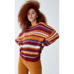 Dzianinowy sweter w kolorowe paski. Czerwone swetry klasyczne damskie Pull&Bear, z dzianiny. Za 109,00 zł.