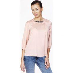 Bralety: Różowa Elegancka Bluzka z Biżuteryjnym Akcentem przy Dekolcie