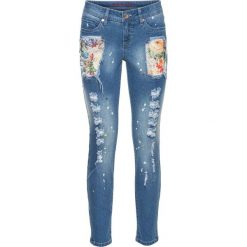 Kolorowe dżinsy z przetarciami bonprix niebieski bleached. Niebieskie jeansy damskie marki bonprix. Za 79,99 zł.