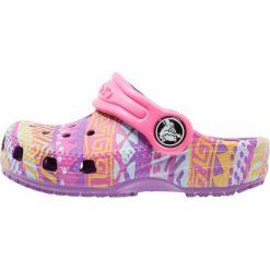 Crocs CLASSIC GRAPHIC  Sandały kąpielowe amethyst. Fioletowe sandały chłopięce marki Crocs, z gumy. Za 129,00 zł.