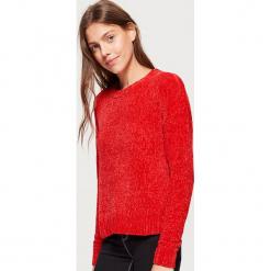 Szenilowy sweter - Czerwony. Czerwone swetry klasyczne damskie marki Cropp, l. Za 69,99 zł.