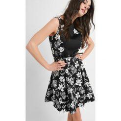 Sukienki hiszpanki: Wzorzysta sukienka z paskiem