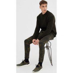 Jeansy slim fit w moro. Szare jeansy męskie relaxed fit marki Pull & Bear, okrągłe. Za 59,90 zł.