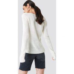 Rut&Circle Sweter dzianinowy z dekoltem V Ninni - White. Szare swetry klasyczne damskie marki Vila, l, z dzianiny, z okrągłym kołnierzem. Za 80,95 zł.