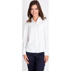 Biała koszula z kieszonką QUIOSQUE. Białe koszule jeansowe damskie QUIOSQUE, uniwersalny, eleganckie, z klasycznym kołnierzykiem. W wyprzedaży za 96,00 zł.