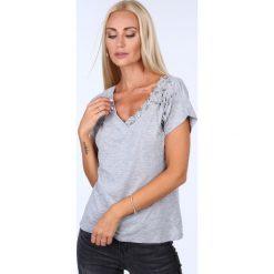 T-shirt ze zdobieniami jasnoszary ZZ1081. Szare t-shirty damskie Fasardi, l. Za 59,00 zł.