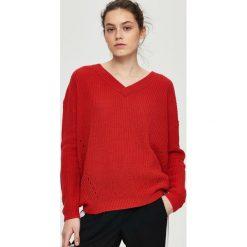 Swetry klasyczne damskie: Sweter z dekoltem v-neck – Czerwony