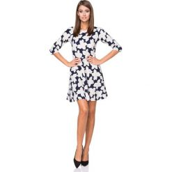 Granatowa Sukienka o Rozkloszowanym Kroju w Białe Kwiaty. Czerwone sukienki balowe marki Molly.pl, l, z jeansu, z dekoltem na plecach, z długim rękawem. Za 139,90 zł.