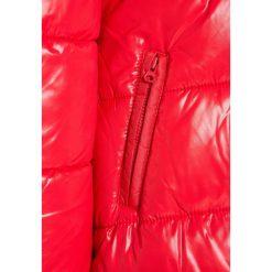 Benetton Płaszcz zimowy red. Czerwone kurtki chłopięce marki Benetton, na zimę, z materiału. W wyprzedaży za 135,20 zł.