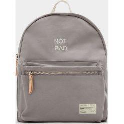 Plecaki damskie: Mały szary plecak z materiału z napisem