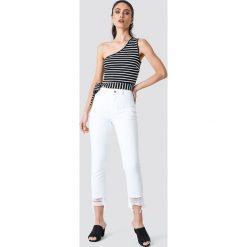 Spodnie damskie: NA-KD Jeansy z rozdarciami - White