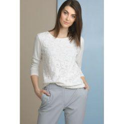 Swetry klasyczne damskie: Sweter z koronkowym wzorem
