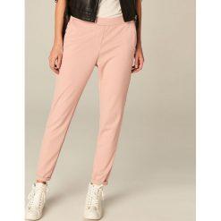 Spodnie dresowe damskie: Spodnie dresowe z podwiniętą nogawką – Różowy