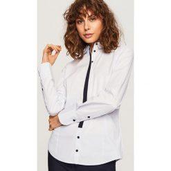 Koszula z kontrastowym detalem - Niebieski. Niebieskie koszule damskie Reserved, z kontrastowym kołnierzykiem. Za 59,99 zł.