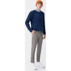 Spodnie chinosy tailoring w pepitkę. Brązowe chinosy męskie Pull&Bear. Za 139,00 zł.