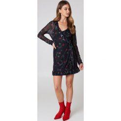 Długie sukienki: NA-KD Siateczkowa sukienka z falbanką - Multicolor