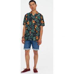 Koszula z kwiatowym wzorem i klapami. Czerwone koszule męskie marki Pull&Bear, m. Za 48,90 zł.