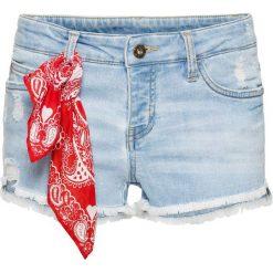 """Szorty z bandaną bonprix jasnoniebieski """"bleached"""". Niebieskie szorty jeansowe damskie marki bonprix. Za 109,99 zł."""