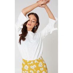 Glamorous Sweter z wiązanymi rękawami - White. Różowe swetry oversize damskie marki Glamorous, z nadrukiem, z asymetrycznym kołnierzem, asymetryczne. W wyprzedaży za 42,59 zł.