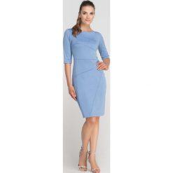Błękitna Sukienka Ołówkowa z Ozdobnymi Przeszyciami. Niebieskie sukienki balowe Molly.pl, do pracy, l, z tkaniny, z klasycznym kołnierzykiem, ołówkowe. Za 149,90 zł.