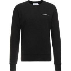 Calvin Klein CHEST EMBROIDERY Bluza black. Pomarańczowe bluzy męskie marki Calvin Klein, l, z bawełny, z okrągłym kołnierzem. Za 399,00 zł.