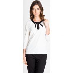 Bluzki damskie: Bluzka z czarną lamówką przy dekolcie QUIOSQUE