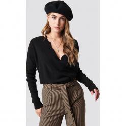 Trendyol Sweter Detailed V-Neck - Black. Czarne swetry klasyczne damskie Trendyol, dekolt w kształcie v. Za 100,95 zł.