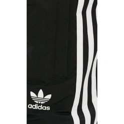 Adidas Originals - Szorty. Szare spodenki sportowe męskie adidas Originals, z materiału, sportowe. Za 169,90 zł.