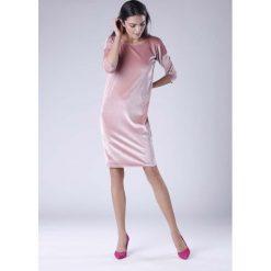 Różowa Wyjściowa Sukienka Welurowa z Lejącym Dekoltem na Plecach. Czerwone sukienki koktajlowe Molly.pl, l, z tkaniny, z dekoltem na plecach, dopasowane. W wyprzedaży za 125,46 zł.