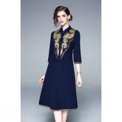 Sukienka w kolorze niebieskim. Niebieskie sukienki marki Zeraco, ze stójką, midi. W wyprzedaży za 339,95 zł.