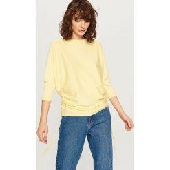 Sweter ze ściągaczami z boku - Żółty. Białe swetry klasyczne damskie marki Reserved, l. W wyprzedaży za 39,99 zł.