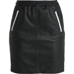 Ibana COSMOPOLITAN Spódnica mini black/white. Czarne minispódniczki marki Ibana, z materiału. Za 929,00 zł.