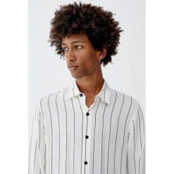 Koszula z wiskozy w paski z długim rękawem. Białe koszule męskie w paski Pull&Bear, m, z wiskozy, z długim rękawem. Za 99,90 zł.