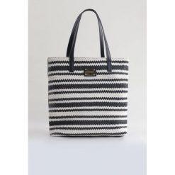 Torebka z ozdobnym splotem. Szare torebki klasyczne damskie marki Monnari, ze skóry, małe, zdobione. Za 91,60 zł.