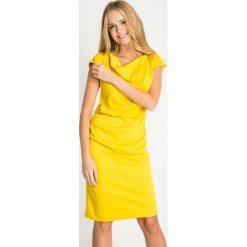 Żółta sukienka z dekoltem woda QUIOSQUE. Żółte sukienki balowe marki QUIOSQUE, na jesień, z dekoltem na plecach, z krótkim rękawem, mini, dopasowane. Za 199,99 zł.