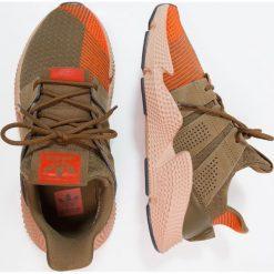 Adidas Originals PROPHERE Tenisówki i Trampki trace olive/solar red. Zielone tenisówki damskie marki adidas Originals, z materiału. W wyprzedaży za 439,20 zł.