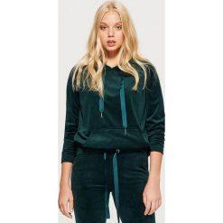 Welurowa bluza hoodie - Khaki. Brązowe bluzy damskie Cropp, l, z weluru. Za 59,99 zł.