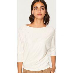 Swetry klasyczne damskie: Sweter z dżetami - Kremowy