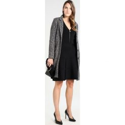 MARCIANO LOS ANGELES JANE Sukienka dzianinowa black. Czarne sukienki dzianinowe MARCIANO LOS ANGELES. W wyprzedaży za 505,45 zł.