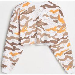 Bluzy rozpinane damskie: Krótka bluza we wzór moro - Wielobarwn