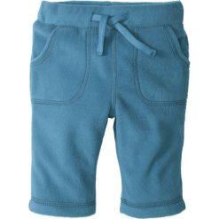 Spodnie niemowlęce z polaru bonprix niebieski dżins. Niebieskie jeansy męskie z dziurami marki bonprix. Za 16,99 zł.