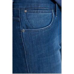 Wrangler - Jeansy. Szare jeansy damskie rurki marki Wrangler, na co dzień, m, z nadrukiem, casualowe, z okrągłym kołnierzem, mini, proste. W wyprzedaży za 249,90 zł.