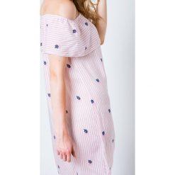 Sukienki balowe: Sukienka z dekoltem typu carmen zdobiona nadrukiem w paski i małymi różyczkami bladoróżowa