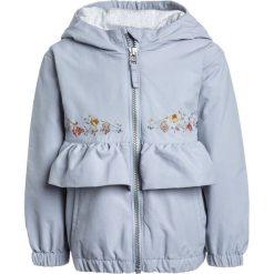 Next FRILL JACKET  Kurtka przeciwdeszczowa blue. Niebieskie kurtki dziewczęce przeciwdeszczowe marki Next, z materiału. W wyprzedaży za 126,75 zł.