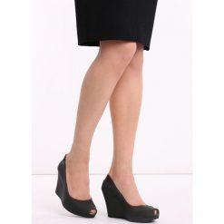Czarne Koturny Noklast. Czarne buty ślubne damskie marki Kazar, z materiału, na wysokim obcasie, na koturnie. Za 49,99 zł.
