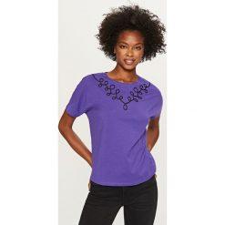 T-shirt z ozdobnym dekoltem - Fioletowy. Fioletowe t-shirty damskie marki Reserved, l. W wyprzedaży za 19,99 zł.