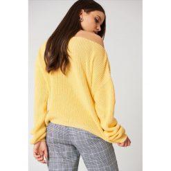 Swetry klasyczne damskie: Josefin Ekström for NA-KD Krótki sweter z dzianiny – Yellow