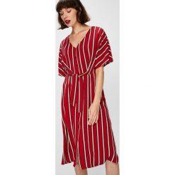 Answear - Sukienka Falling In Autumn. Szare sukienki mini marki ANSWEAR, na co dzień, l, z tkaniny, casualowe, z krótkim rękawem, proste. W wyprzedaży za 119,90 zł.
