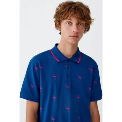 Koszulka polo z piki z nadrukiem. Czerwone koszulki polo Pull&Bear, m, z nadrukiem, z krótkim rękawem. Za 69,90 zł.